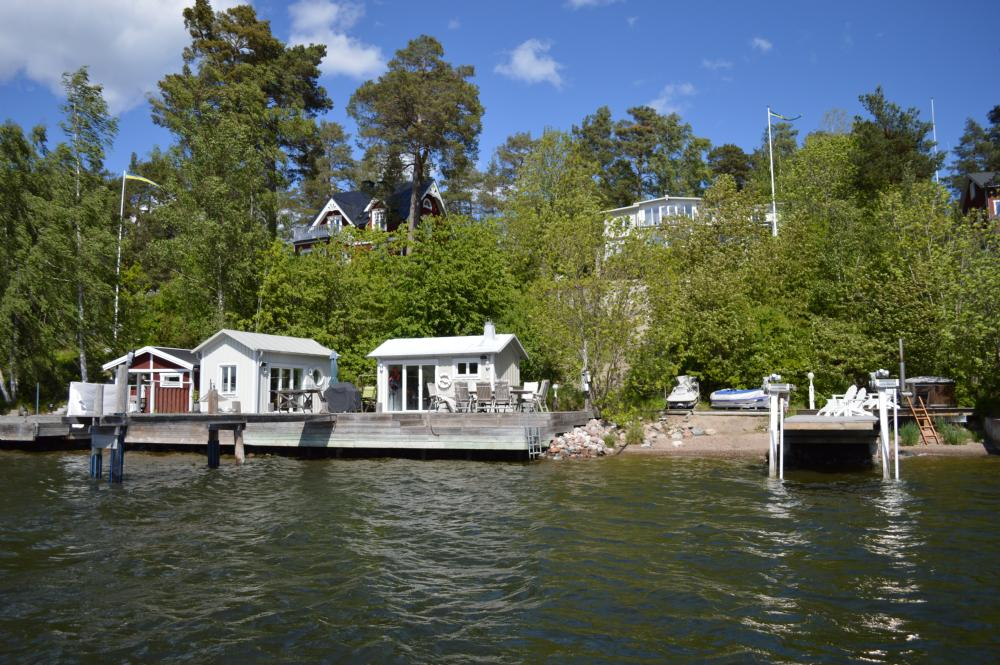 Privat brygga, strand och sjöbodar/ Private beach, jetty and sauna house