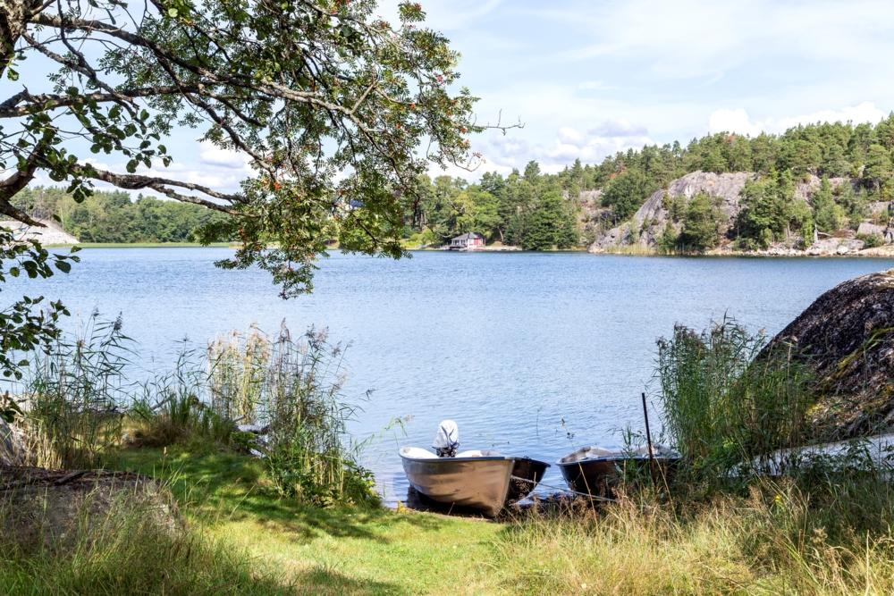 2 Roddbåtar + motor att hyra/ Rowing boat with motor to rent from the owners